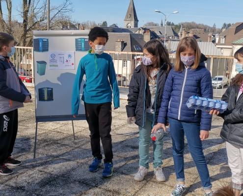 Maxence, Amadou, Célia, Chloé et Lisa animent l'atelier de sensibilisation